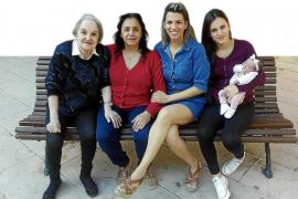 Fünf Generationen Frauen zusammen