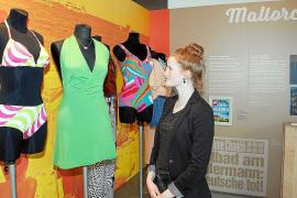In der Ausstellung ist unter anderem Bade- und Strandmode aus einem Jahrhundert zu sehen.