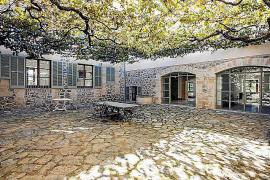 Die Weinstöcke im Innenhof spenden Schatten.