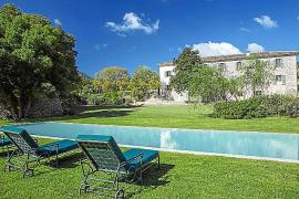 Am Pool lässt es sich vortrefflich in der Sonne liegen.