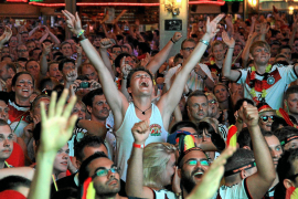 """""""Tooooooor"""" - im """"Bierkönig"""" an der Playa de Palma versammeln sich zu den Spielen der deutschen Elf oft Tausende Fans."""