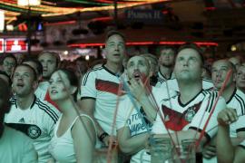Hoffentlich reicht's für den Titel. Die Fans von Müller, Özil und Co. fiebern mit.