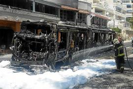 Die Feuerwehr konnte das komplette Ausbrennen des Busses nicht verhindern.