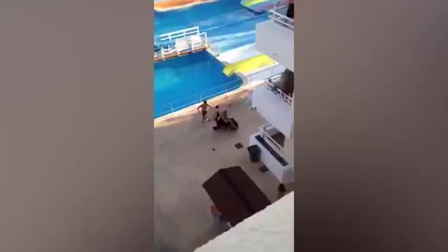 Badegäste prügeln sich mit Sicherheitskräften