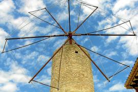 Eine traditionelle Windmühle ohne Windrad aus Metall.