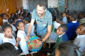 José Luis García mit hörgeschädigten Schülern in Madagaskar.