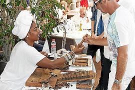 """Das fanden selbst Nichtraucher interessant: Eine Zigarrendreherin versorgte die Gäste mit frischen """"Stumpen""""."""