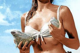 """PALMA - CINE - URSULA ANDREWS EN  BIKINI  EN UNA ESCENA DE LA PELICULA """"007 CONTRA EL DOCTOR NO"""""""