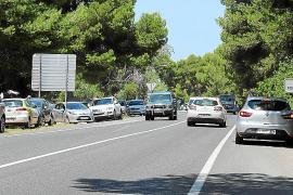Landstraße bei Can Picafort hält als Strandparkplatz her
