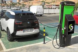 Inselrat schenkt Gemeinden Elektroautos