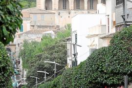Die lange Fußgängerzone in Artà im Nordosten von Mallorca führt bis in die Altstadt. Auf dem Hügel thront das alte Kloster Sant