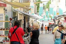 Kleine sehenswerte Läden säumen die Fußgängerzone in Artà im Nordosten von Mallorca.