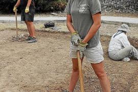 Die Teilnehmer der Ausgrabungen gehen auch mit der Spitzhacke ans Werk