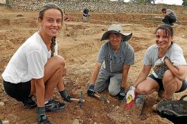 Anastasia Kazekina, Carlos Dot und Marina Díaz (von links) aus Palma packen bei den Ausgrabungen kräftig mit an