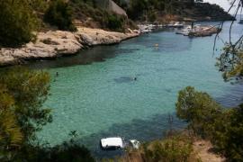 40 Meter tief stürzte das Auto und landete im Wasser an der Playa de El Mago im Südwesten von Mallorca.