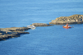 Aufgelaufene Yacht vom Felsen geborgen