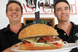 """Locken ihre Kunden mit 300 Euro Preisgeld: Juan Carlos (links) und Gonzalo Barrantes, Inhaber der """"Cafetería Castellet"""" in Cala"""