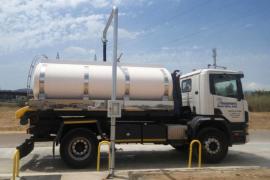 Lastwagen liefern erstmals entsalztes Wasser