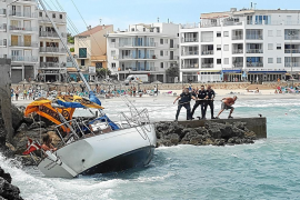 Sturm schmettert Segelboot gegen Felsen