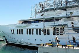 Wartungsarbeiten an Luxusyacht und Hilfsboot