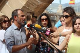 """Tourismusminister Biel Barceló erklärt Presse-Vetretern die Kampagne """"Willkommen nachhaltiger Tourismus""""."""