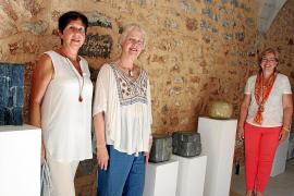 Kunstexpertin Ingrid Flohr, Schaffner-Mentorin Nora Braun und Kulturstadträtin Ricarda Vicens (von links) im Kulturzentrum.
