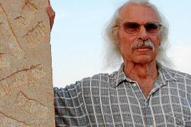 """Das Foto aus dem Jahr 2003 zeigt Schaffner mit seinem Werk """"König und Königin"""", das am Kreisel Santanyí-Cala Llombards steht."""