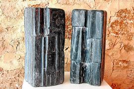 In der Ausstellung sind Skulpturen aus Stein sowie aus Bronze zu sehen.