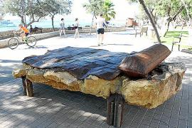 Flores kreiert Alltagsgegenstände, jedoch in ungewohnten Materialien und in gigantischen Formaten.