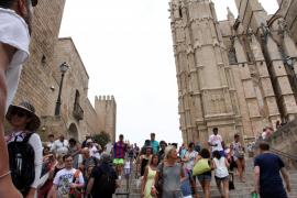 An einem bewölkten Tag im Sommer ist Palma von Touristen überlaufen
