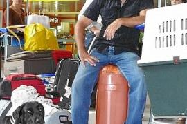 Warten mit Bello: Die Tiere sollten vor dem Flug nach Mallorca viel Aufmerksamkeit bekommen und beruhigt werden.