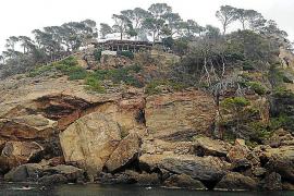 Der Chiringuito liegt oben auf einem Felsen und bietet einen idyllischen Felsen