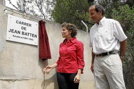 """2009 enthüllte Palmas Bürgermeisterin Aina Calvo die Marmortafel mit dem neuen Straßennamen """"Jean Batten""""."""