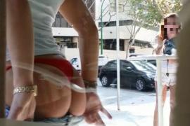 Junge Frau strippt für Polizisten