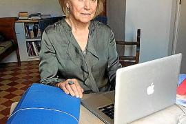 Die schottische Autorin Sian Mackay auf Mallorca, vor ihr auf dem Tisch die blaue Aktenmappe.