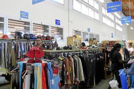 In den Deixalles-Läden und Hallen auf Mallorca gibt es auch zahlreiche Kleidungsstücke.