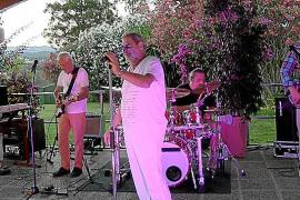 """Zuständig für die Musik beim Gala-Dinner: Keyboarder Rony B. und seine Band """"The New Experience""""."""