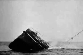 """Das britische Dampfschiff """"Parkgate"""" wurde 1917 ebenfalls von """"U-35"""" versenkt, der Untergang auf Film festgehalten."""