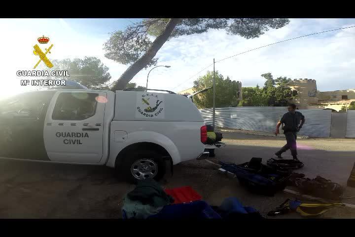 Polizeitaucher nehmen Höhle unter die Lupe