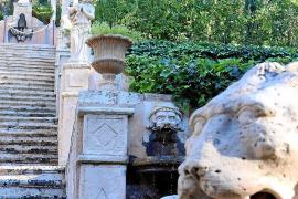 Vielleicht eine der berühmtesten Treppen Mallorcas: Der Aufgang vom Herrenhaus in den Apollo-Garten, eine Skulptur des römischen