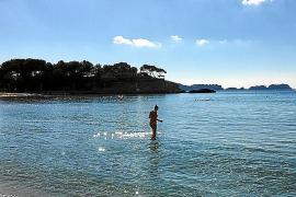 Auch im Spätherbst lockt das Meer am Strand von Peguera die eine oder andere Badenixe ins Wasser.