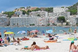 Der Strand von Santa Ponça ist vaor allem bei Briten und Iren beliebt.