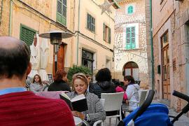 Auf dem Marktplatz mit seinen beiden Bars treffen sich auch im Winter Einheimische und Touristen