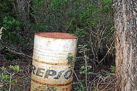 Deutscher entdeckt Altöl-Fass im Wald und schlägt Alarm