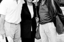 Kirk Douglas im September 1994 nach der Ankunft auf Mallorca mit seiner zweiten Frau Anne und Sohn Michael.