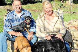 """Alf Kentler und Martina Krain betreiben das Hundehotel """"Sweet Home"""" auf ihrem weitläufigen Grundstück auf Mallorca."""