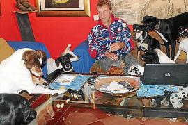 Wenn Henk Rijkers in sein Wohnzimmer geht, wird er oft von rund 20 Schwanzwedlern begleitet.