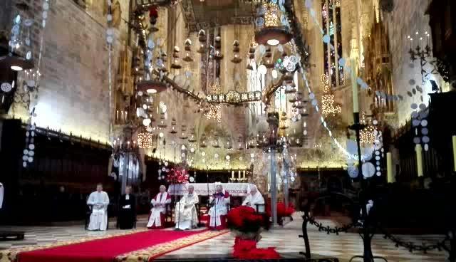 Tausende strömen in Palmas Kathedrale