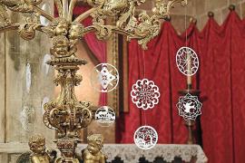 In den Kirchen werden Neules auch an Kerzenständer oder Lampen gehängt.