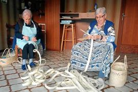 "In Capdepera treffen sich die ""Madones de sa Llata"" zum Flechten."
